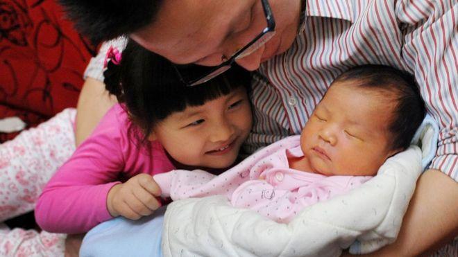 """數名中國學者關於設立生育基金製度和徵收""""丁克稅""""的建議再次引發輿論抨擊和網絡熱議"""