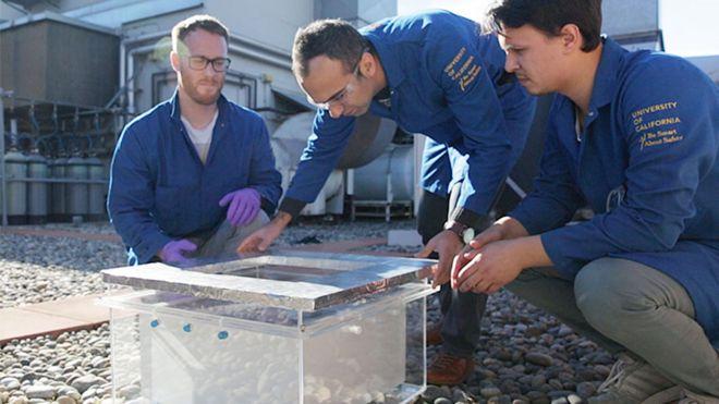 Pesquisadores da Universidade de Berkeley com a caixa de coleta de água