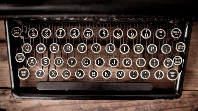 Un máquina de escribir con teclado qwerty.