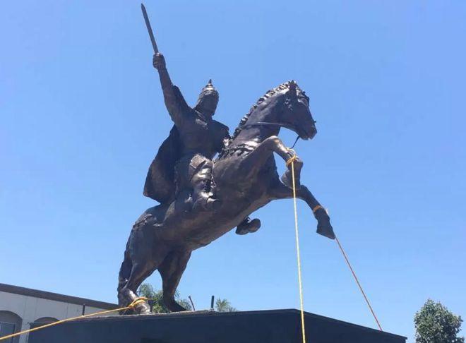 Tượng vua Quang Trung tại Garden Grove, California