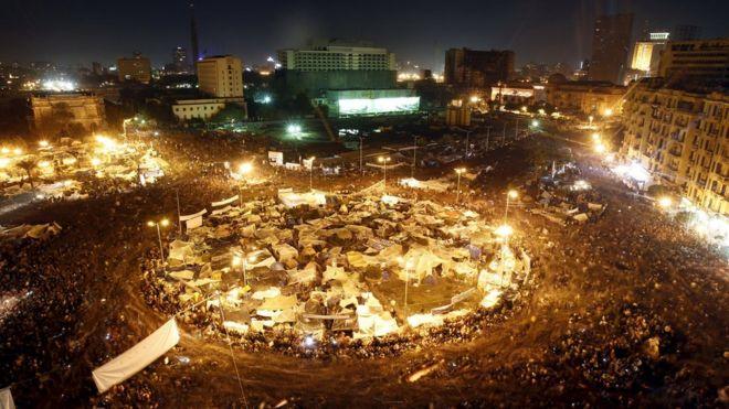 Антиправительственные демонстранты на каирской площади Тахрир слушают, как президент Хосни Мубарак выступает перед народом 10 февраля 2011 года