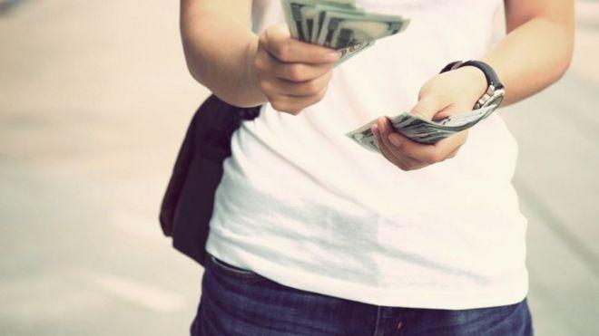 Mujer con dinero