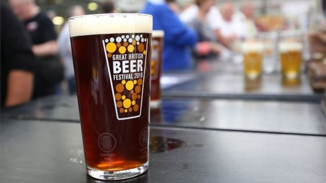 The fishy ingredient in beer that bothers vegetarians - BBC News