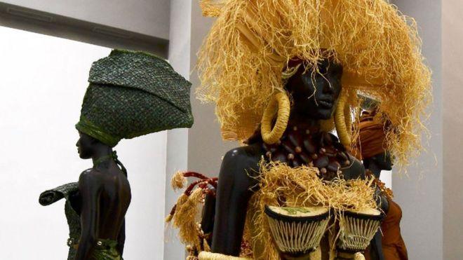 Des œuvres d'art sont exposées dans le nouveau musée des civilisations noires, à Dakar, le 6 décembre 2018, lors de la cérémonie d'ouverture et de l'inauguration.
