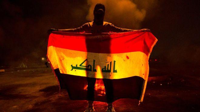 مظاهرات العراق: محتجون يضرمون النار في مقار فصائل شيعية في جنازة ناشط بارز