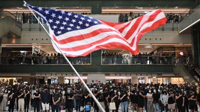 Người biểu tình Hong Kong thường vẫy cờ Hoa Kỳ trong các cuộc biểu tình trong nhiều tháng qua
