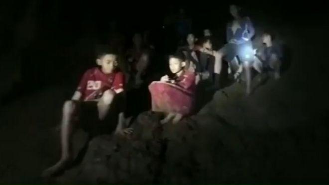 Meninos tailandeses no momento do resgate
