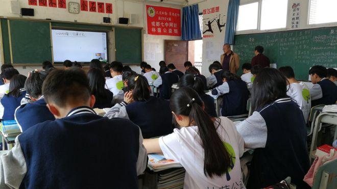 """四川攀枝花一所乡镇学校的""""直播班""""。"""