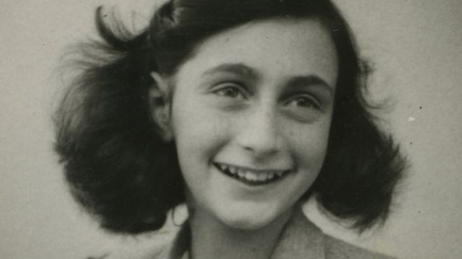 Anne Frank sorri numa foto em preto e branco