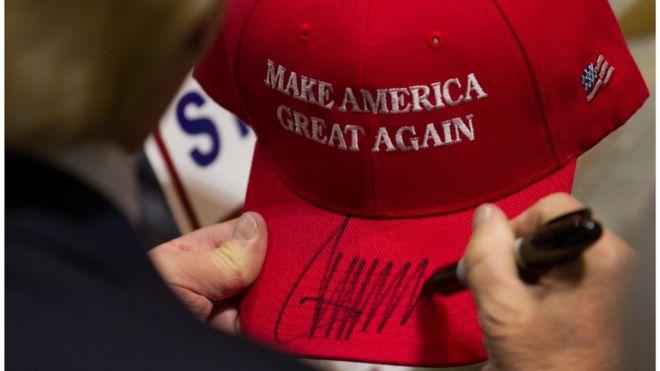 Кандидат в президенты от республиканцев Дональд Трамп подписывает шляпу после выступления на митинге в конференц-центре Коннектикута 15 апреля 2016 года в Хартфорде, штат Коннектикут. Республиканский первичный чемпионат штата Коннектикут 2016 года запланирован на 26 апреля 2016 года.