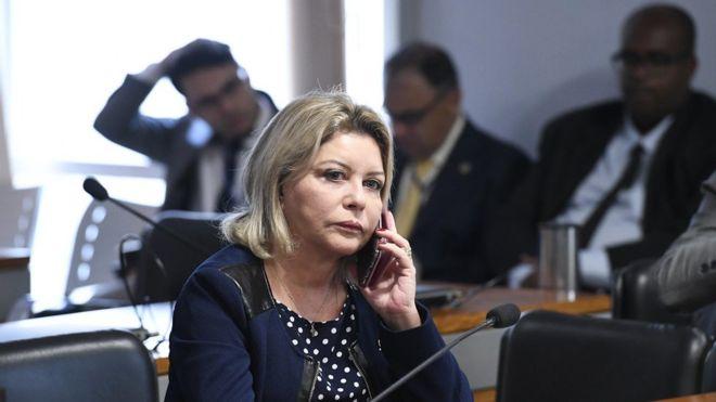 Selma Arruda aparece com o celular no ouvido durante reunião no Senado