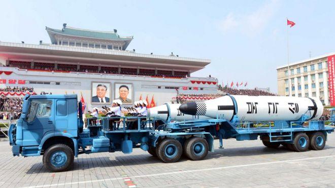 观察人士发现,在朝鲜官方发布的上周末大阅兵照片上,搭载导弹的大型卡车为中国制造