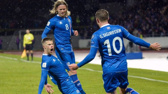 Jugadores islandeses celebran un gol 56c16aa309508