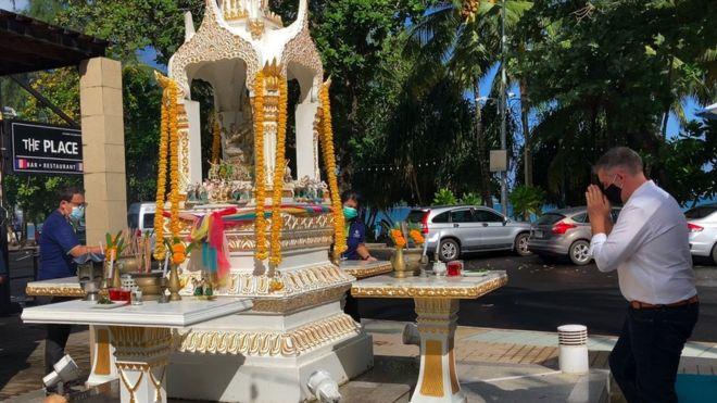 Quản lý (áo trắng) và nhân viên khách sạn Hilton tại Phuket cầu khấn hôm /7/2021 - ngày đầu khởi động dự án Sandbox đưa du khách đã tiêm vaccine tới Phuket