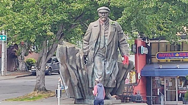 Bức tượng Lenin bằng đồng, cao gần 5m