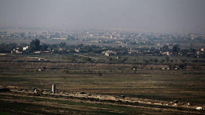 Albu Kamal ipo yapata kilomita sita kutoka mpaka wa Syria na Iraq.