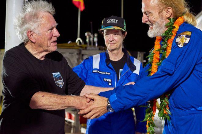 Don Walsh (na foto, à esq.), que participou de expedição em 1960, parabeniza nova conquista de Victor Vescovo; eles aparecem sorrindo e apertando as mãos