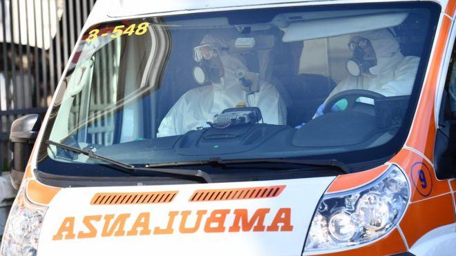 斯卡西别墅医院的卫生工作者在热那亚将可能感染冠状病毒的患者送往医院