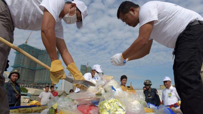 Các quan chức Cơ quan chống Ma túy Quốc gia Campuchia chuẩn bị tiêu hủy ma túy nhân kỷ niệm Ngày Quốc tế chống Lạm dụng và Buôn lậu Ma túy của Liên Hợp Quốc hôm 26/6/2017.