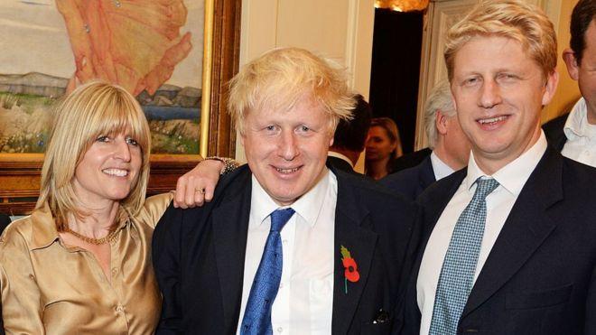 Boris Johnson, junto a sus hermanos Rachel y Jo.