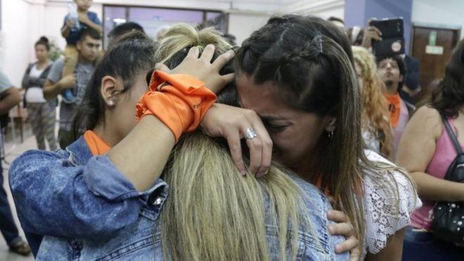 Familiares de las víctimas y activistas se abrazan después de un fallo judicial en Mendoza, Argentina. Foto: 25 de noviembre de 2019