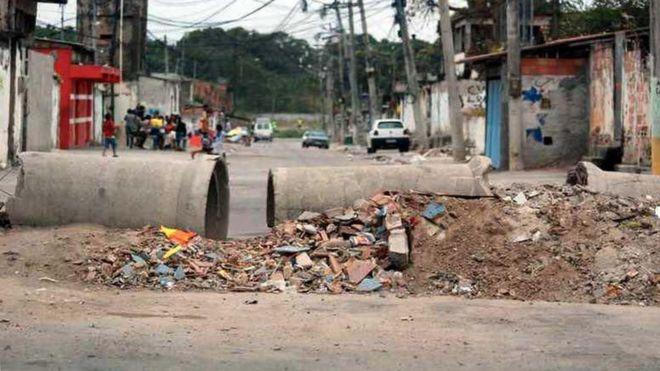 Rua fechada por barricada em bairro do Rio de Janeiro