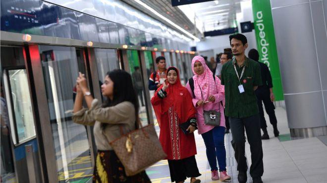Euforia Warga Menumpang Mrt Jakarta Saat Uji Coba Publik Bbc News