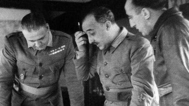 Francisco Franco discute con sus generales estrategia durante la Guerra Civil española.