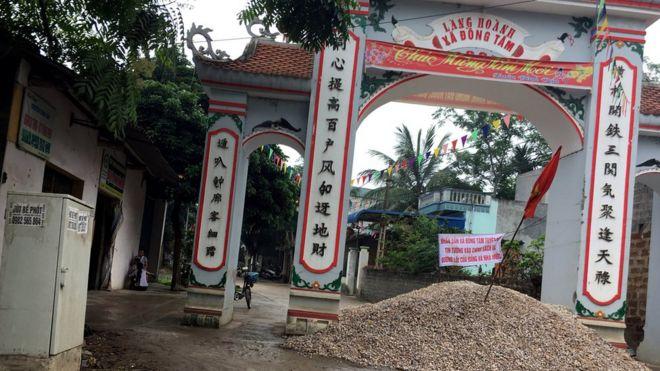 Cổng làng Hoành, xã Đồng Tâm, huyện Mỹ Đức, Hà Nôi. Ảnh chụp ngày 18/4/2017.