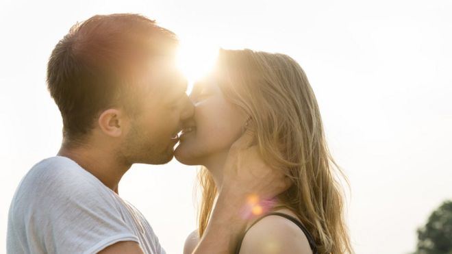 ¿Por qué cuando besamos en la boca tendemos a inclinar la cabeza hacia la derecha?