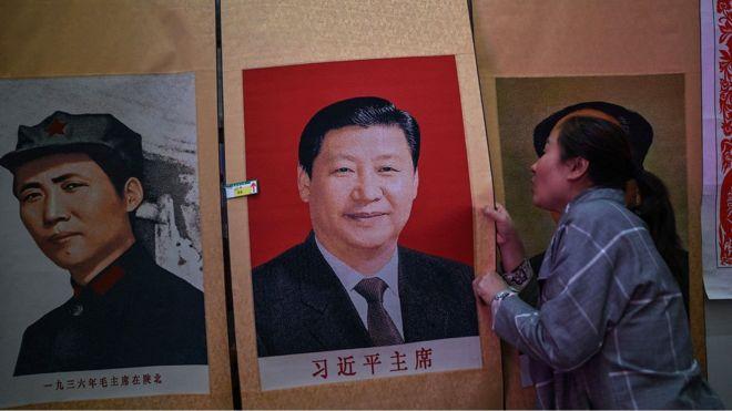 一名延安的卖家在销售毛泽东和习近平的画像。