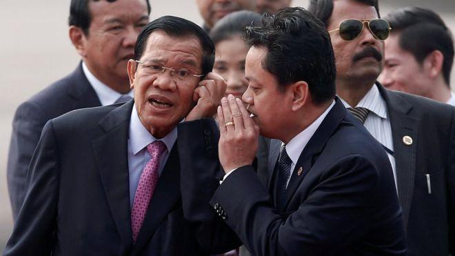 Thủ tướng Hun Sen Campuchia nói chuyện với một quan chức sau khi đến san bay ở New Delhi, Ấn Độ hôm 24/1.