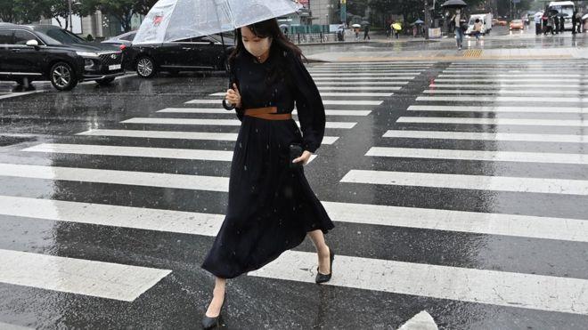 Девушка переходит улицу в Сеуле