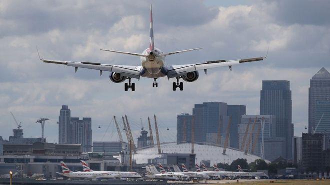 Un avión de pasajeros dispuesto a tomar tierra en el aeropuerto de London City