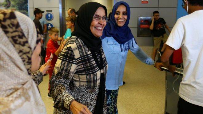 Hanadi Al-Hai (R) welcomes her mother travelling from Jordan on a Yemeni passport in Los Angeles, California (June 29, 2017)
