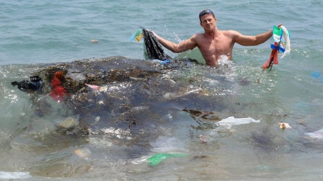 समुद्र में कचरा