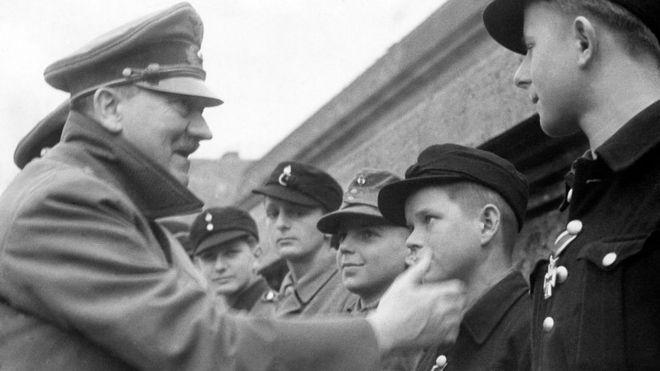 Naziler kent savunmasında çocukları ve yaşlı erkekleri de kullandı. Adolf Hitler, çocuk askerlere madalya veriyor.