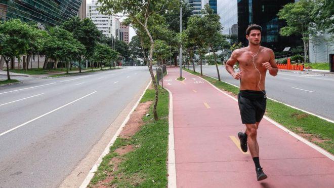 Hombre corriendo por Sao Paulo