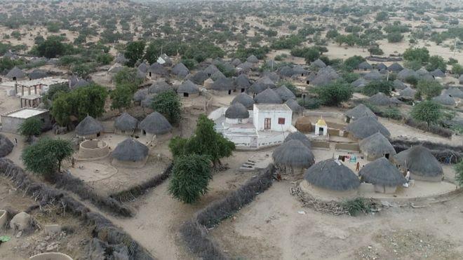 थार में अधिकांश लोग उगलू नुमा कच्चे कमरों में रहते हैं,इनकी छतें घास से बनी होती हैं.