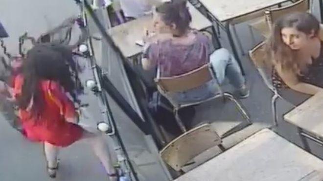 ed80d4f4d Imagem de homem atacando uma mulher na França capturada por câmera de  segurança.