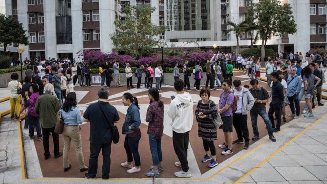 Nhiều người Hong Kong đã xếp hàng dài từ sáng sớm để ra bỏ phiếu