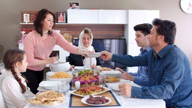 أسرة على مأدبة طعام