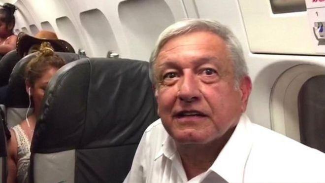 رئیس جمهور منتخب مکزیک، مسافر معمولی یک پرواز با تاخیر