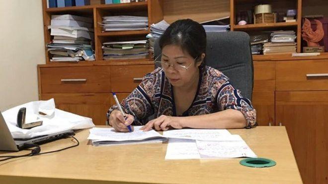 Bà Nguyễn Bích Quy tại Văn phòng luật sư để viết giấy đề nghị cử luật sư tư vấn, bảo vệ quyền lợi cho bà tại VKSND quận Cầu Giấy.