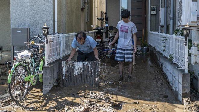 سكان كاوازاكي وحملة تنظيف كبيرة في بيوتهم من الأوحال بعد تراجع مياه الفيضانات