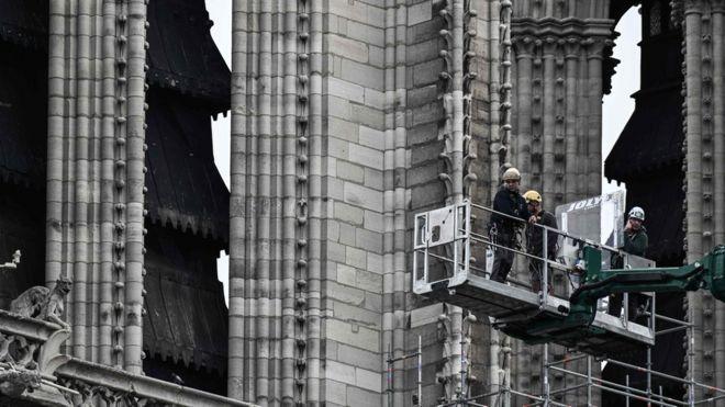 Trabajos en la cima de la Catedral de Notre-Dame, en París, Francia, 08 de junio de 2020