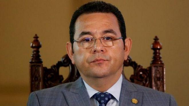 El presidente de Guatemala, Jimmy Morales, observa durante una reunión con el secretario general de la Organización de los Estados Americanos (OEA), Luis Almagro (no en la foto) en el Palacio Nacional en la ciudad de Guatemala, Guatemala, el 24 de noviembre de 2017.