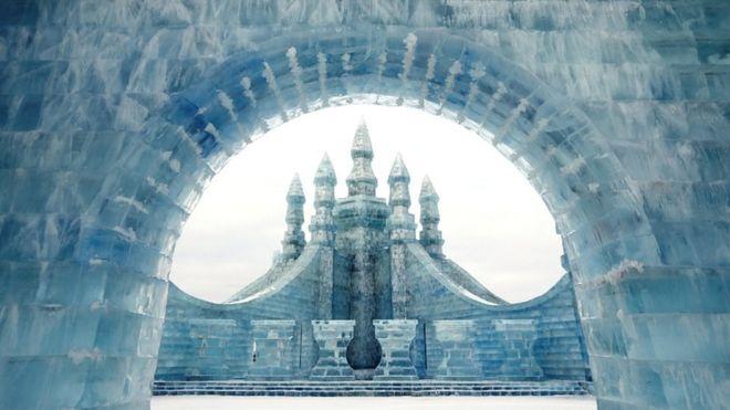 جشنواره یخی بینالمللی هاربین چین مملو از مجسمه و سازه های یخی است و در جای جای آن آدم برفیهای فراوانی از دل یخ پدید آمدهاند