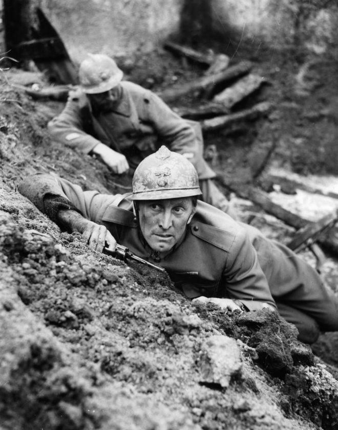 """كيرك دوغلاس في فيلم """"دروب المجد"""" عام 1957"""