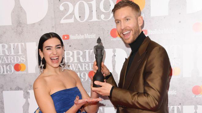 杜阿·利帕(Dua Lipa)和加尔文·哈里斯(Calvin Harris)因其夏日情人One Kiss而获得了今年的英国最佳单曲奖
